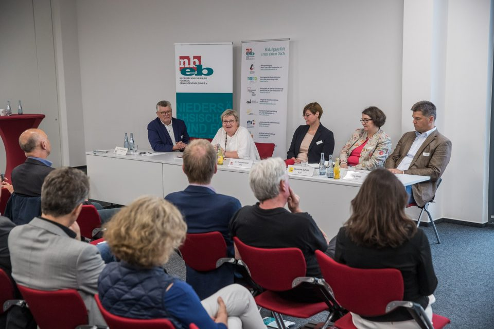 Gespräche mit politischen SprecherInnen. Eva Viehoff (Die Grünen), Dr. Thela Wernstedt (SPD). Susanne Schütz (FDP), Jörg Hillmer (CDU) - Gespräche mit der Politik - Nbeb