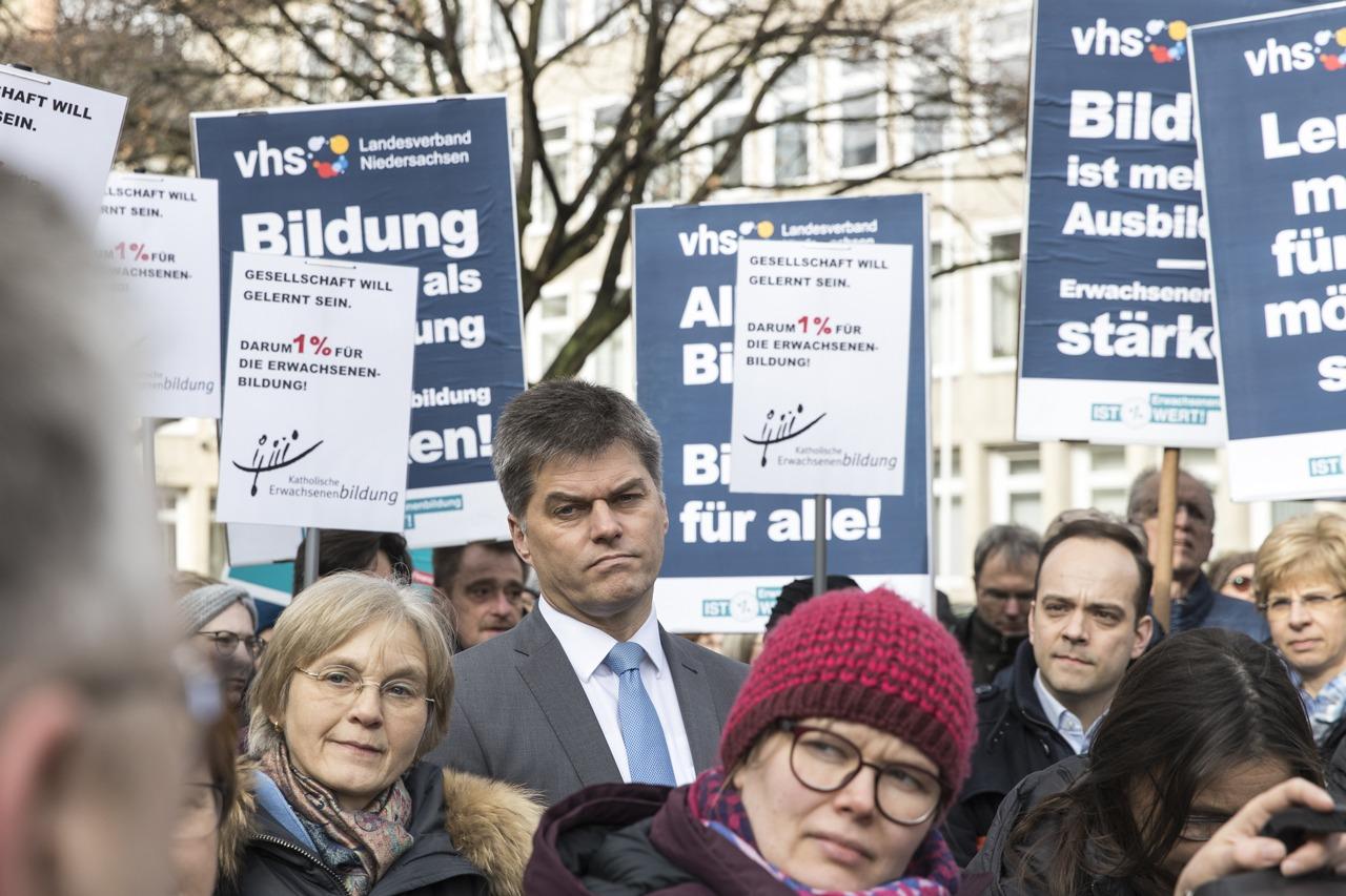 Erwachsenenbildung ist MehrWERT und demonstriert dies vor dem niedersächsischen Landtag - Nbeb
